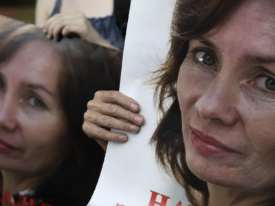 Moscow : Russian activists hold portraits of slain human rights activist Natalya Estemirova in Moscow on July 15, 2010 during a rally to mark the one year anniversary of her killing. (AFP Photo / Oxana Onipko)