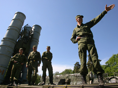 Starting to calculate the place for deploying the S-300PS anti-aircraft missile system (RIA Novosti / STF)