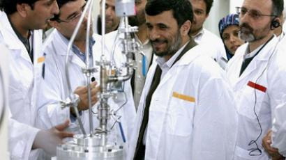 Iran, Natanz: Iranian President Mahmoud Ahmadinejad during a visit to Natanz uranium enrichment facilities some 300 kms, south of the capital Tehran. (AFP Photo / Iran's  presidency office)