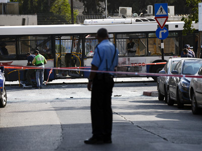 Israeli police seal off the area surrounding the bus which was hit by a bomb near the defence ministry in Tel Aviv on November 21, 2012 (AFP Photo / Jonathan Nackstrand)
