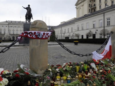 Mourners laid candles and flowers in front of the presidential palace on April 10, 2010 in Warsaw (AFP Photo / Janek Skarzynski)