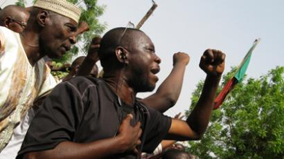 Malian anti-coup protestors sing the national anthem at a meeting called by political parties and civil society groups demanding the army hand power back to civilians after a coup d'etat, in the capital Bamako, March 26, 2012 (Reuters / David Lewis)