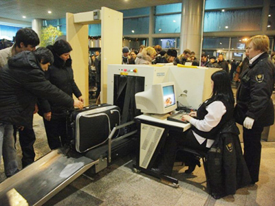 Passangers queue for a security check to enter Moscow's Domodedovo International Airport on January 24, 2011 (AFP Photo / Oxana Onipko)