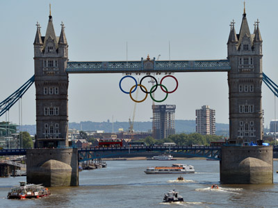 Olympics rings have been hung on the tower bridge, London (AFP Photo/Khaled Desouki)