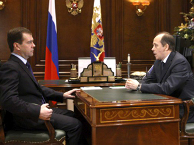 Russian President Dmitry Medvedev (L) and the director of the Federal Security Service (FSB) Alexander Bortnikov meet at the Gorki presidential residence outside Moscow, January 8, 2010