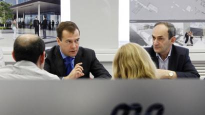 President Dmitry Medvedev in the office of Moskovskiye Novosti daily with the editor-in-chief Vladimir Gurevich on his right. (RIA Novosti / Dmitry Astakhov)