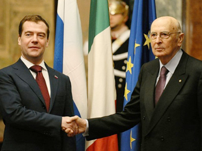 Dmitry Medvedev (R) and Giorgio Napolitano (AFP Photo / Vincenzo Pinto)