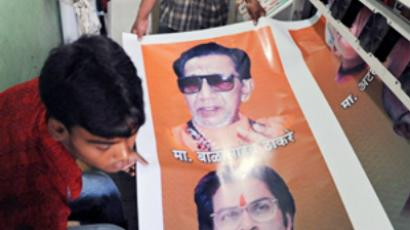 Workers prepare a banner bearing portraits of leaders ahead of an election rally in Mumbai on April 20, 2009 (AFP Photo / Indranil Mukherjee)