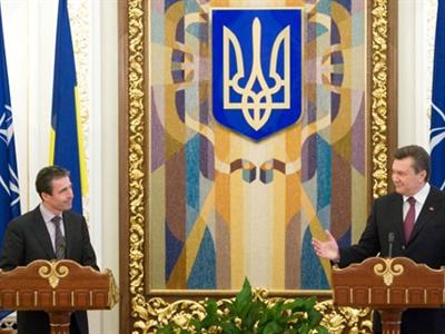 NATO Secretary General Anders Fogh Rasmussen and Ukrainian President Viktor Yanukovich (AFP Photo / Mikhailo Markiv)