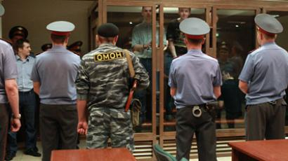 Police guards suspects in the court room (RIA Novosti / Andrey Stenin)