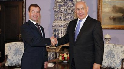 Russian President Dmitry Medvedev (L) shakes hands with Israeli Prime Minister Benjamin Netanyahu during their meeting at the Gorki residence outside Moscow on March 24, 2011 (AFP Photo / RIA Novosti / Kremlin Pool / Dmitry Astakhov)