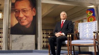 Chairman of the Nobel Peace Prize committee Thorbjoern Jagland sits next to the reserved vacant chair for the Nobel Laureate and dissident Liu Xiaobo (portrait at left), during a ceremony for the laureate at the city hall in Oslo, on December 10, 2010 (AFP Photo / Scanpix / Pool / Heiko Junge)