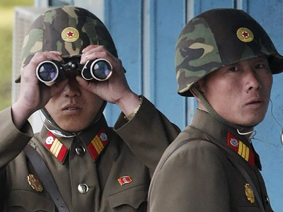 North Korean soldiers look at the southern side (AFP Photo / Pool)