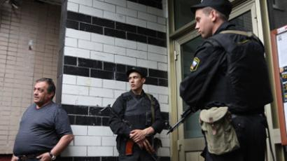 Police at a building where blogger Alexei Navalny lives. (RIA Novosti/Valeriy Melnikov)