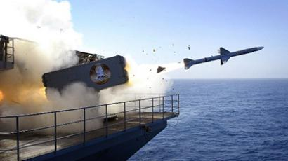 A RIM-7P NATO Sea Sparrow Missile being launched from the Nimitz-class aircraft carrier USS Abraham Lincoln (CVN 72) during a stream raid shoot exercise. (AFP Photo / Jordon R. Beesley)