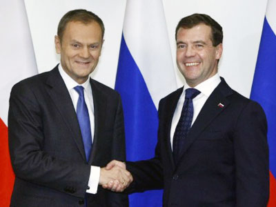 Russia's President Dmitry Medvedev shakes hands with Poland's Prime Minister Donald Tusk (L) at the Hyatt hotel in Warsaw (AFP Photo / KACPER PEMPEL)