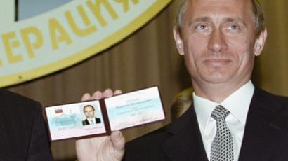 Vladimir Putin shows his presidential ID in 2000, RIA Novosti / Vladimir Rodionov