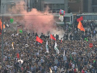 Smoke blanket over the March-of-Millions rally in Bolotnaya Square (RIA Novosti / Ramil Sitdikov)