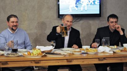 Vladimir Putin (C) at an informal meeting with football fans (RIA Novosti / Yana Lapikova)