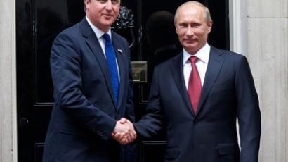 David Cameron (L) and Vladimir Putin shaking hands in front of 10 Downing Street, London, August 2, 2012 (AFP Photo / Andrew Cowie)