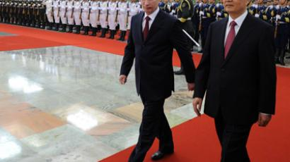 Chinese President Hu Jintao (R) and Russian President Vladimir Putin (L) walk after reviewing an honour guard during a welcoming ceremony at the Great Hall of the People in Beijing on June 5, 2012. (AFP Photo / POOL / Mark Ralston)