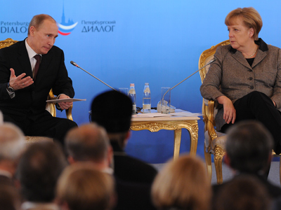 "Vladimir Putin (L) and Angela Merkel attend a ""Petersburg Dialog"" Russian-German forum during their meting in Moscow on November 16, 2012 (AFP Photo / Alexander Nemenov)"