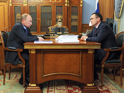 Prime Minister Vladimir Putin, left, and Nikolay Fedorov, head of the Institute of Socio-Economic and Political Studies, meet at the Government House (RIA Novosti / Aleksey Nikolsky)