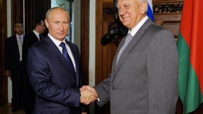 Vladimir Putin (left) and Mikhail Myasnikovich (right) before the start of Moscow talks (RIA Novosti / Yana Lapikova)