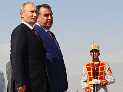 Russian President Vladimir Putin and President of Tajikistan Emomali Rahmon (left to right) at a ceremonial greeting in Dushanbe. (RIA Novosti/Mikhail Klimentyev)