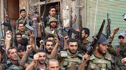 Syrian soldiers loyal to President Bashar al-Assad brandishing rifles in Damascus (AFP Photo)