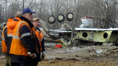 Russian rescuers inspect on April 11, 2010 the wreckage of a Polish government Tupolev Tu-154 aircraft which crashed on April 10 near Smolensk airport (AFP Photo / Natalia Kolesnikova)