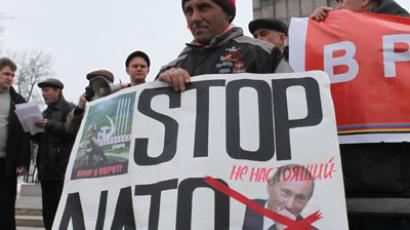 Participants attend the rally staged to protest plans to establish a NATO transit base at Ulyanovsk-Vostochny airport. (RIA Novosti / Vladimir Lamzin)