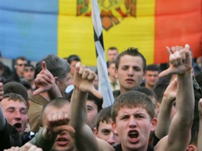 Protesters shout during a rally near a government building in Chisinau on April 8, 2009 (AFP Photo / Viktor Drachev)