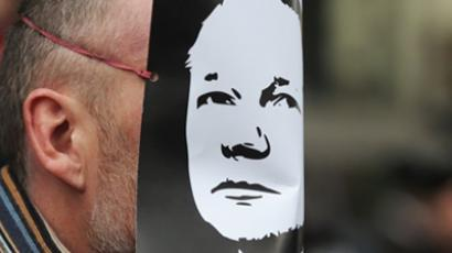 A demonstrator wears a mask depicting the face of the WikiLeaks founder, Julian Assange (AFP Photo / Carl de Souza)