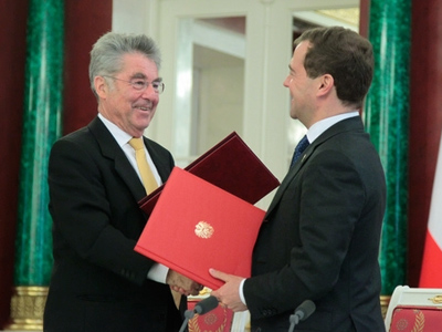 Medvedev signs partnership declaration with Austria, remains coy on presidential bid