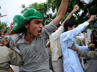 Pakistani soldiers hold back Muslim protesters shouting anti-US slogans as they attempt to reach the US embassy during a demonstration against the anti-Islam film. (AFP photo/ Aamir Qureshi)
