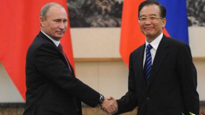 Russia's President Vladimir Putin (L) shakes hands with China's Premier Wen Jiabao (AFP Photo/Takuro Yabe)