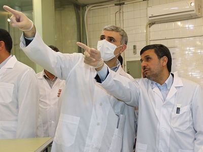 Mahmoud Ahmadinejad (R) listening to an expert during a tour of Tehran's research reactor centre on February 15, 2012 (AFP Photo / Iranian Presidency)