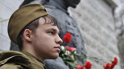 Tallinn residents lay flowers to the Bronze Soldier in the Military Cemetery where the monument was transferred in 2007. (RIA Novosti / Alexei Olis'ko)