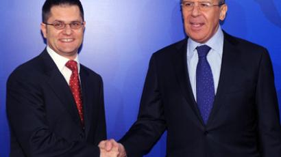Serbian Foreign Minister Vuk Jeremic (L) shakes hands with his Russian counterpart Sergei Lavrov (AFP Photo / Andrej Isakovic)