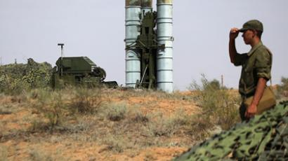 Preparing to fire an S-400 Triumf anti-aircraft missile at the Ashuluk proving grounds (RIA Novosti / Ruslan Krivobok)