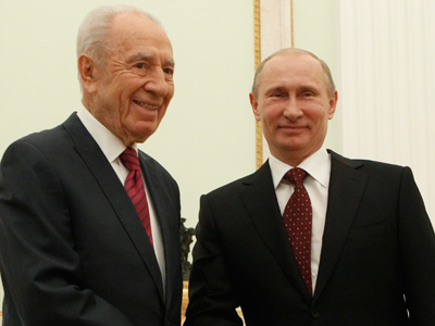 Vladimir Putin (R) welcomes his Israeli counterpart Shimon Peres at the Kremlin in Moscow, on November 8, 2012(AFP Photo / Pool / Sergei Karpukhin)