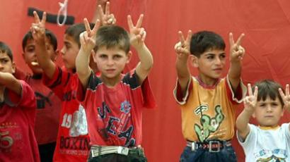 Turkey, Yayladagi : Syrian refugees children gesture from behind the fence of a camp near the Turkish border town of Yayladagi in Hatay province on June 27, 2011. (AFP Photo / Adem Altan)