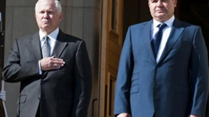 US Secretary of Defense Robert Gates (L) stands with Russian Minister of Defense Anatoly Serdyukov as the US national anthem is played outside the Pentagon in Washington, DC, September 15, 2010