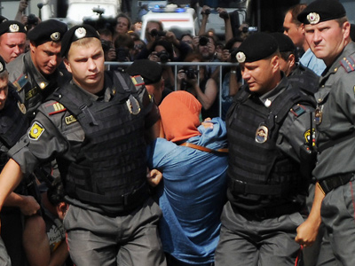"""Moscow : Russian riot policemen detain a supporter of all-girl punk band """"Pussy Riot"""" near a court building in Moscow on Agust 17, 2012."""