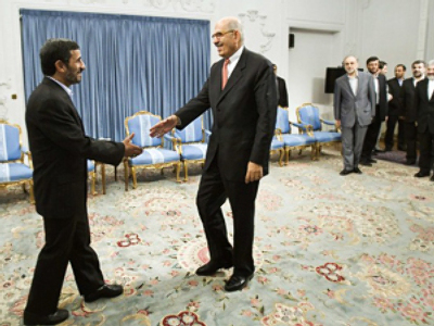 Iran's President Mahmoud Ahmadinejad (L) welcomes International Atomic Energy Agency (IAEA) Director General Mohamed ElBaradei during an official meeting in Tehran October 4, 2009 (AFP Photo / Getty Images)