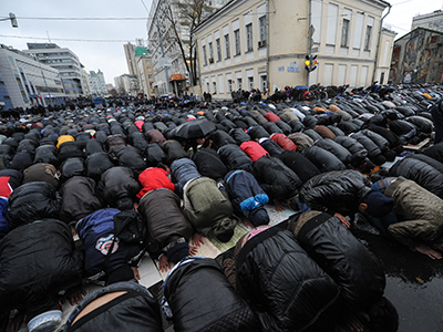 Muslims pray at the Moscow Congregational Mosque in central Moscow on the Feast of the Sacrifice. (RIA Novosti / Vladimir Astapkov)