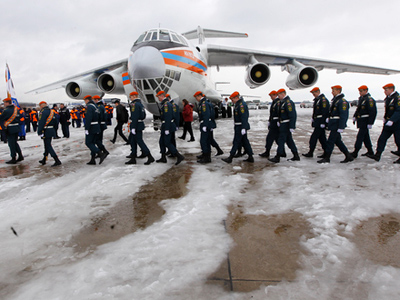 Russian Emergencies Ministry rescuers on their arrival from Japan at Moscow's Ramenskoye airport (RIA Novosti / Mikhail Fomichev)