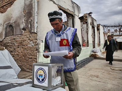 Residents of the Kyrgyz city of Osh casting their ballots during the parliamentary election. (RIA Novosti / Andrey Stenin)