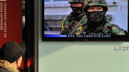 Korea, Seoul: South Koreans watch a live TV breaking news about South Korea's live fire artillery at Seoul train station in Seoul on December 20, 2010. (AFP Photo / Park i-Hwan)